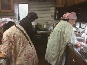 年頭アシュラム後、新常任運営委員会、料理ご奉仕の方々も 大はりきり!