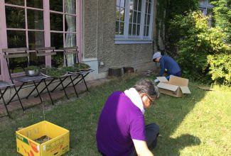 Wハウス芝草抜き。新修道場生もお手伝い。きれいに掃除されたら、皆様いらして下さいね。