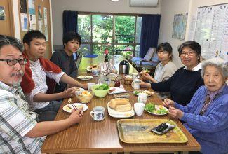 早天祈祷会後。パン、ジャム、青菜に なんとベーコン❗️みんな修道生手作り‼️